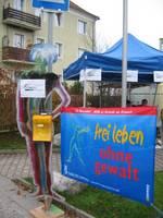 """Transparent """"frei leben"""" und Infoständer FFS am Rathausplatz."""