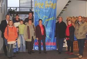 """PolitikerInnen und VertreterInnen des Frauenforums vor der Flagge """"frei leben"""", 16 Tage gegen Gewalt an Frauen, im Rathaus."""