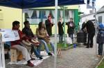 Vertreterinnen des Frauenforums und interessierte Frauen im Gespräch am Rathausplatz.
