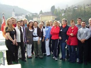 AusstellerInnen und Veranstalterinnen vor der Kulisse von Ebensee