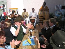 die Kasabom Drummers spielten zusammen mit dem Saz-Spieler Safak Bad zum Paschen der Hoizofnmusi auf.