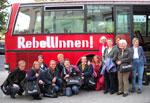 """Teilnehmerinnen der Weiberroas vor dem """"Rebellinnen"""" Bus"""