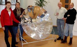 Zwei Männer und zwei Frauen präsentieren stolz ihren selbst zusammengebauten Solarkocher