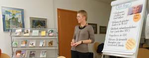 Die Workshopleiterin Maria Gamsjäger vor einem Flipchart während des Workshops