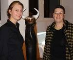 Julia Leitner und Gertude Piontek vor Skulptur