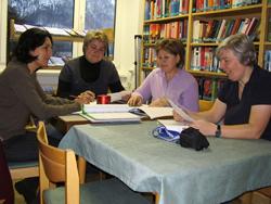 Vier Frauen studieren gemeinsam Arbeitsblätter