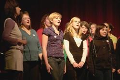 Frauenchor beim Vortragen von Liedern.