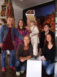 Vorstandsfrauen des FFS mit einer geschnitzten Glöcklerfigur