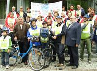 VertreterInnen der Gemeinde mit TeilnehmerInnen der Radveranstaltung
