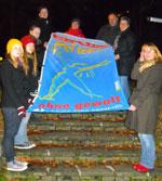 """FFS Frauen beim hissen der """"gegen Gewalt"""" Fahne."""