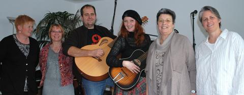 Die MusikerInnen Inga Lynch und Lois Schwaiger im Kreis der FFS Frauen