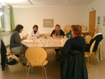 Vier Frauen an einem Tisch angeregt ins Gespräch vertieft